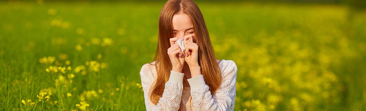 Een mevrouw heeft last van pollenallergie